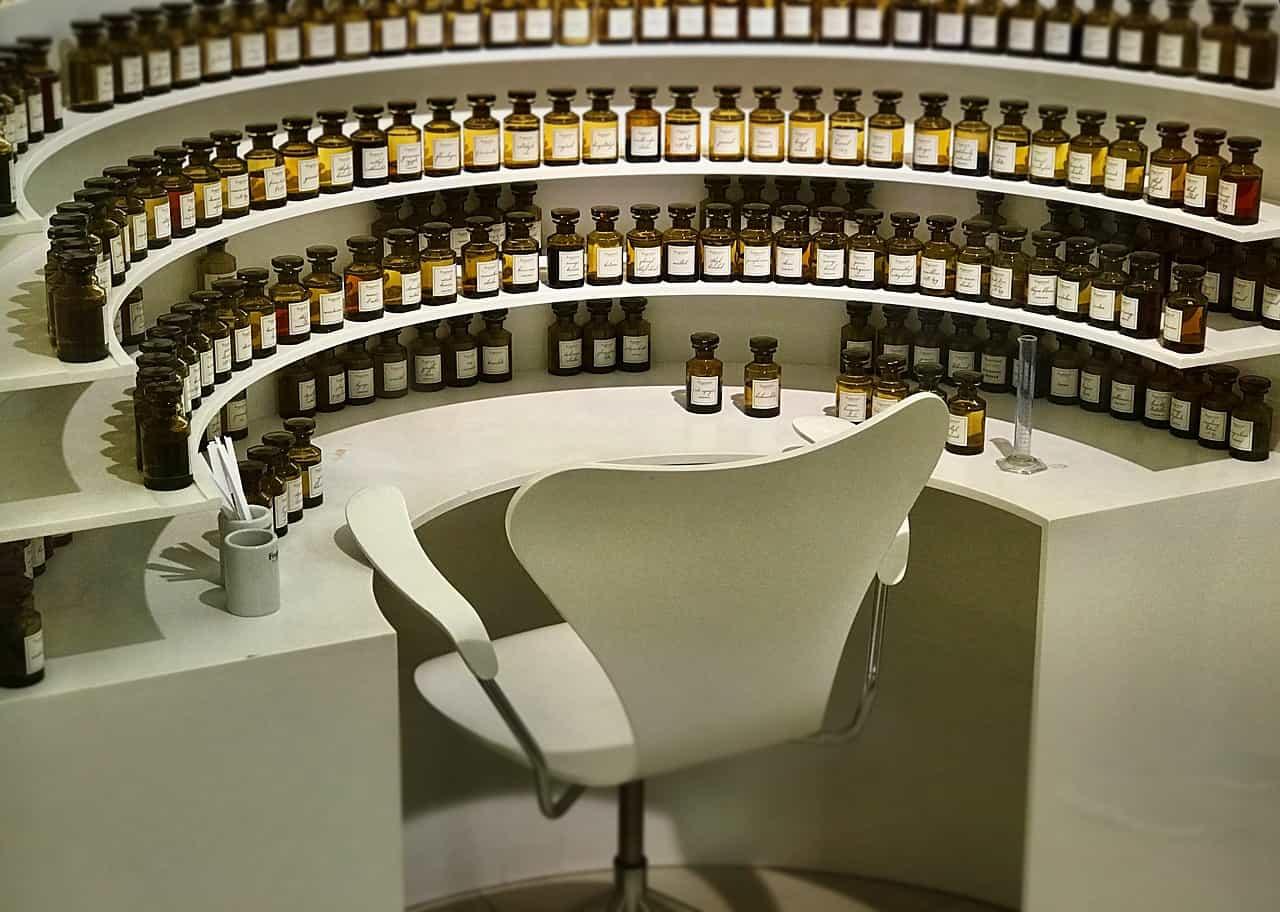Winkel met honderden flesjes parfum