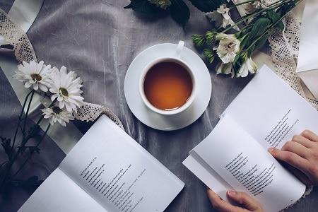 gezellige sfeer met thee en iemand die een boek leest