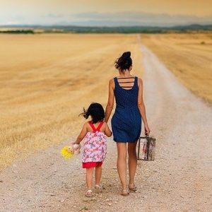 moeder en dochter lopen op een weg